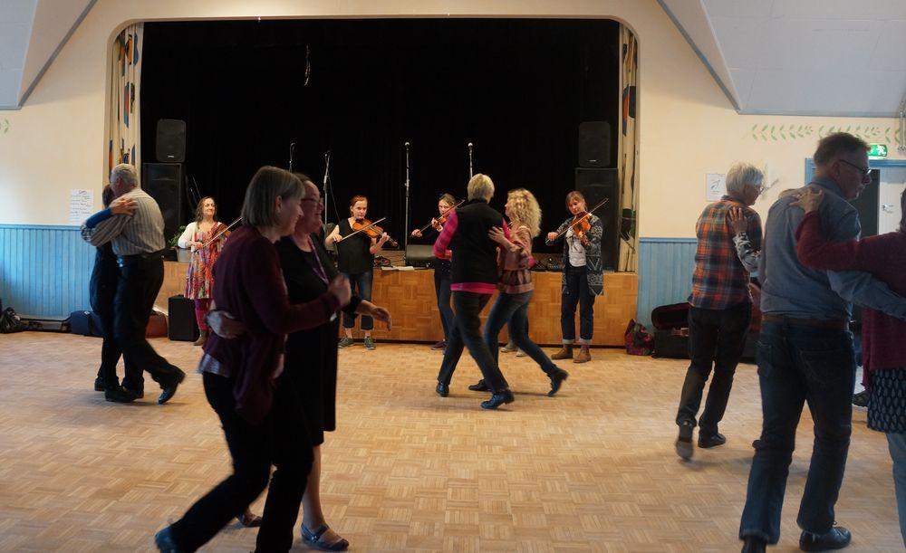 170422 Ungdomskursen spelar till dans1